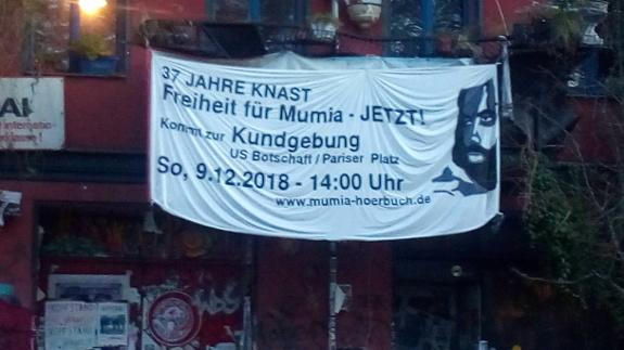 Transparente an Haus fuer Kundgebung am 09.12.18