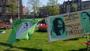Transparente bei der Kundgebung in Amsterdam