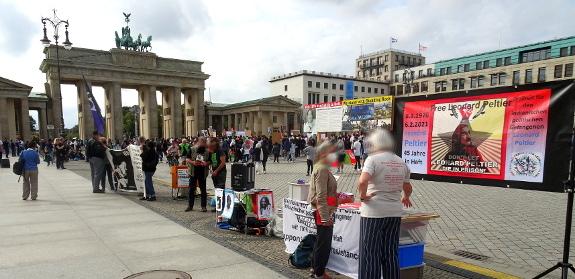 Kundgebung zu Leonard Peltiers 77. Geburtstag in Berlin - Bild mit Kundgebungsort Pariser Platz