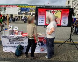 Kundgebung zu Leonard Peltiers 77. Geburtstag in Berlin - Bild mit Infotisch